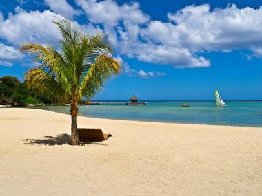 Pláž a moře u ostrova Mauritius